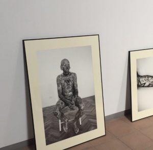 Retrato de Luis Fornes. Museo Fotografía Huete. Carlos Escolástico. Exposición Blanco y Negro Espacio RAW