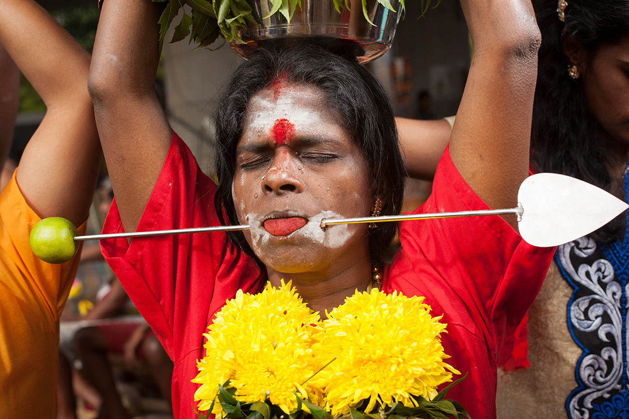 Thaipussam woman by Carlos Escolástico